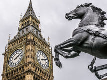 Primo piano del cavallo dalla statua di Boudicca, a Big Ben. Londra, Regno Unito. Foreground of the horse from the statue of Boudicca, at Westminster, Big Ben Stock Photos