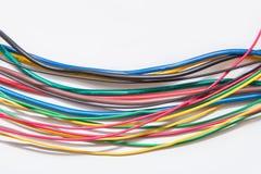 Primo piano del cavo elettrico su un fondo bianco, miscuglio del cavo di A di Immagini Stock Libere da Diritti