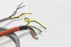 Primo piano del cavo elettrico su un fondo bianco, miscuglio del cavo di A di Fotografia Stock