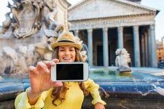 Primo piano del cellulare della tenuta della mano della donna mentre prendendo selfie Fotografie Stock Libere da Diritti