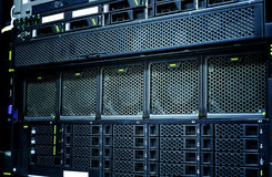 Primo piano del centro dati del server con i dettagli, fan, dischi rigidi del pannello Immagine Stock