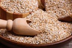 Primo piano del cereale del grano in un piatto di legno Fotografia Stock Libera da Diritti