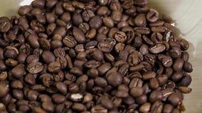 Primo piano del chicco di caffè di panorama del fondo in arabica deliziosa del giacimento della tavola del piatto archivi video