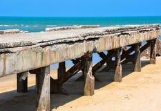 Primo piano del cielo della sabbia di mare del crogiolo di molo Fotografia Stock Libera da Diritti