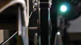 Primo piano del cineproiettore con lo schermo di proiezione sulla parte posteriore stock footage