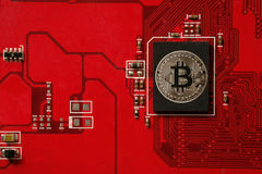 Primo piano del circuito del bitcoin con l'unità di elaborazione Fotografie Stock