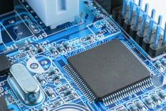 Primo piano del circuito elettronico con l'azienda di trasformazione Immagine Stock
