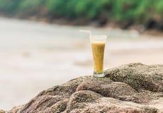 Primo piano del cocktail di frutto della passione sulla spiaggia Fotografie Stock Libere da Diritti