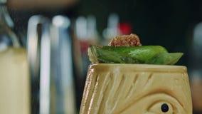 Primo piano del cocktail di Tiki video d archivio