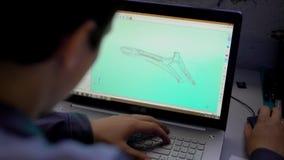 Primo piano del computer portatile della tenuta dell'ingegnere con il modello componente di cad sullo schermo stock footage