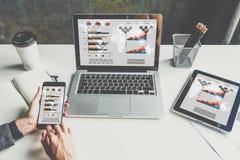 Primo piano del computer portatile e della compressa digitale con i grafici, i grafici ed i diagrammi sullo schermo Fotografie Stock
