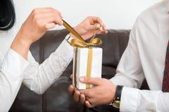 Primo piano del contenitore di regalo bianco Immagine Stock