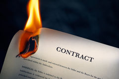 Primo piano del contratto in combustione inglese sul fuoco Fotografia Stock