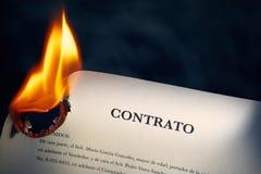 Primo piano del contratto in combustione spagnola sul fuoco Fotografia Stock