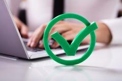 Primo piano del controllo verde Mark Sign immagini stock