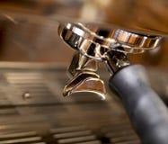 Primo piano del creatore di caffè espresso Immagini Stock Libere da Diritti