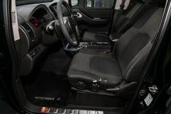 Primo piano del cruscotto, giocatore, volante, maniglia dell'acceleratore, bottoni, sedili interno moderno dell'automobile: parti fotografie stock libere da diritti