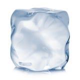 Primo piano del cubetto di ghiaccio su un fondo bianco Fotografie Stock Libere da Diritti
