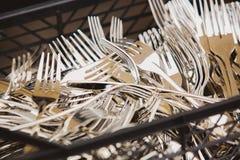 Primo piano del cucchiaio brillante, coltello, forcella Fotografia Stock