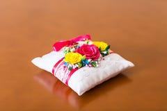 Primo piano del cuscino decorativo con molti fiori colorati Immagine Stock