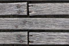 Primo piano del decking stagionato ruvido del legno duro Immagine Stock