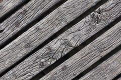 Primo piano del decking stagionato ruvido del legno duro Immagini Stock
