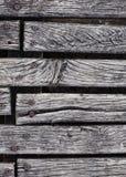 Primo piano del decking stagionato ruvido del legno duro Fotografia Stock Libera da Diritti