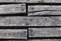 Primo piano del decking stagionato ruvido del legno duro Fotografie Stock