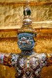 Primo piano del demone che custodice Stupa dorato Immagine Stock