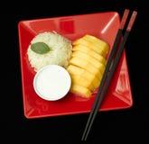 Primo piano del dessert tailandese del riso appiccicoso del mango immagine stock