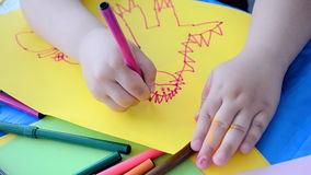Primo piano del disegno del bambino sulla carta di colore, Di di infanzia archivi video