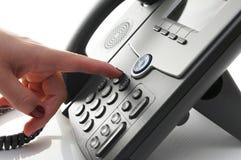 Primo piano del dito della donna che compone un numero di telefono per fare un pH Fotografie Stock Libere da Diritti