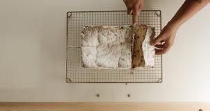Primo piano del dolce della brioche Struttura del dolce con l'uva passa archivi video