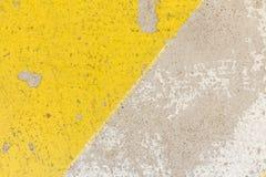 Primo piano del dosso stradale approssimativo nella struttura gialla e nera di colore, fotografia stock