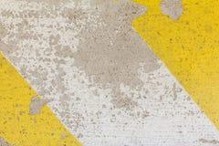 Primo piano del dosso stradale approssimativo nella struttura gialla e nera di colore, fotografia stock libera da diritti