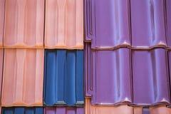 Primo piano del fondo colorato delle mattonelle di tetto dell'argilla Fotografia Stock Libera da Diritti