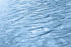 Primo piano del fondo dell'onda di acqua blu Immagini Stock Libere da Diritti