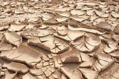 Primo piano del fondo incrinato asciutto della terra, deserto dell'argilla Immagine Stock