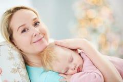 Primo piano del fronte del bambino addormentato Madre con il bambino resto fotografia stock libera da diritti