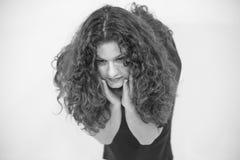 Primo piano del fronte della ragazza castana con capelli ondulati lunghi, foto in bianco e nero Immagini Stock Libere da Diritti