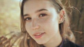 Primo piano del fronte di giovane ragazza russa bionda piacevole stock footage