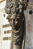 Primo piano del fronte inciso in bronzo al tramonto a Firenze Fotografie Stock
