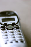 Primo piano del fuoco del telefono senza cordone sul tasto di colloquio Fotografia Stock Libera da Diritti