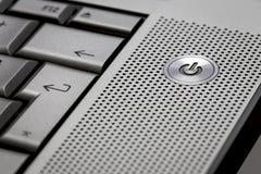 Primo piano del fuoco selettivo del computer portatile d'argento del computer sul appoggio su ideale del bottone per il simbolo d Fotografie Stock Libere da Diritti