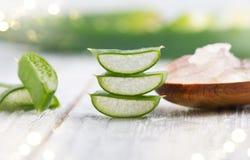 Primo piano del gel di Vera dell'aloe Cosmetici organici naturali affettati di rinnovamento di Aloevera, medicina alternativa Con Immagini Stock Libere da Diritti