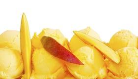 Primo piano del gelato e della frutta del mango Immagine Stock