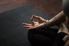 Primo piano del gesto di mudra, eseguito con le giovani dita femminili, s immagine stock
