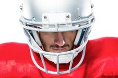 Primo piano del giocatore di football americano in jersey rosso che guarda giù Immagine Stock