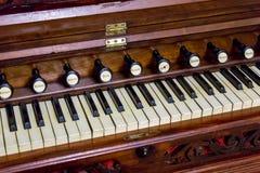 Primo piano del harmonium antico dell'organo a lamella immagine stock
