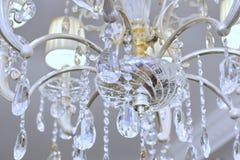 Primo piano del lampadario a bracci di Chrystal Fondo della luce bianca di fascino con lo spazio della copia Fotografia Stock